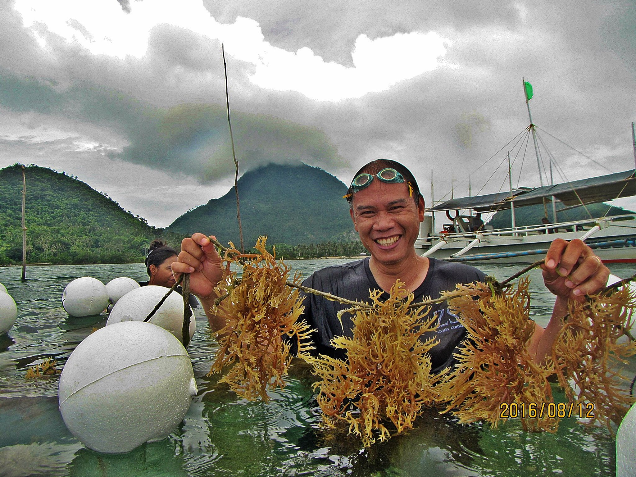 Phillipines 25-024 Fisherman with seaweed, Credit - ZSL