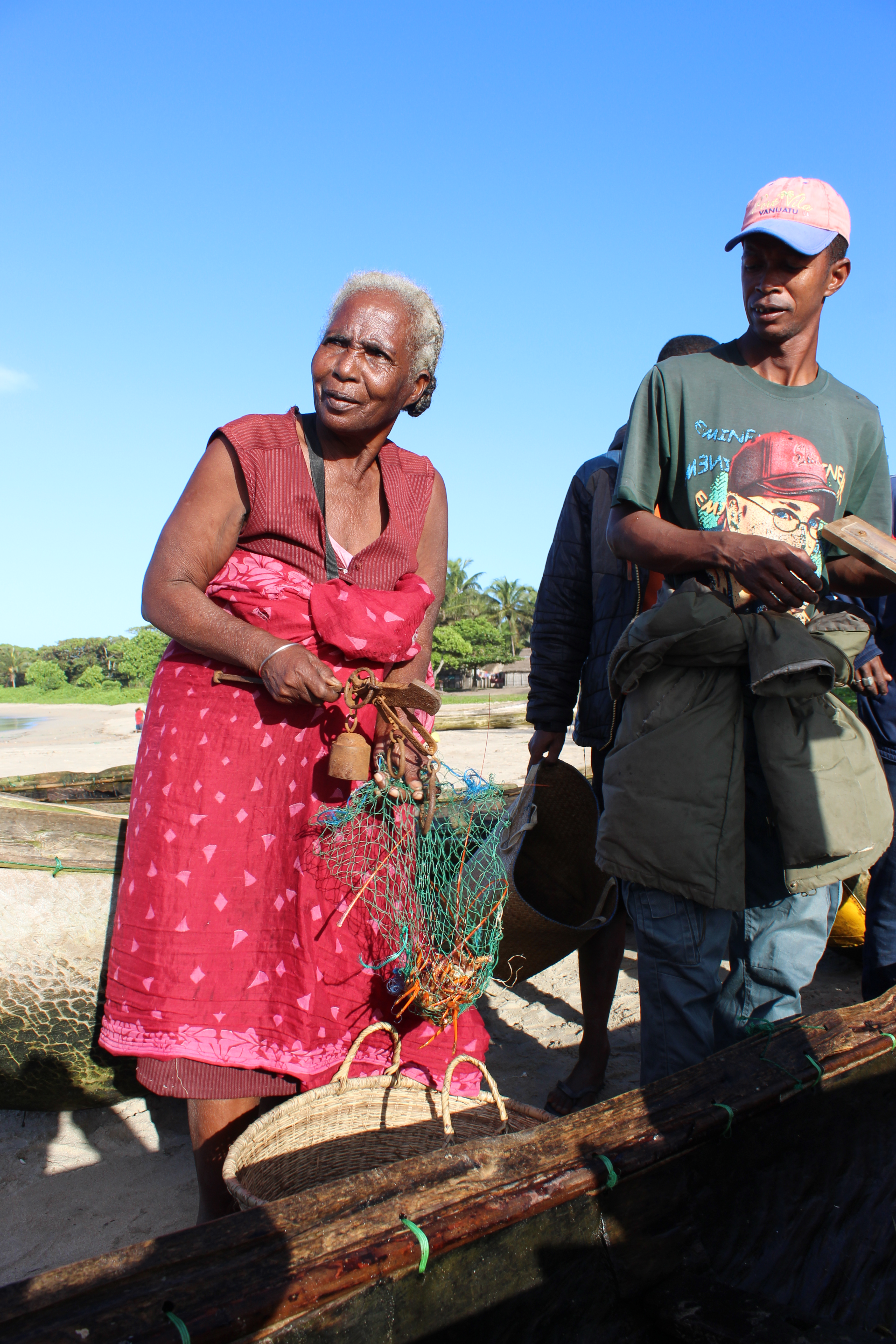 Women are involved in weighing caught lobsters on the beach (c) SEED Madagascar